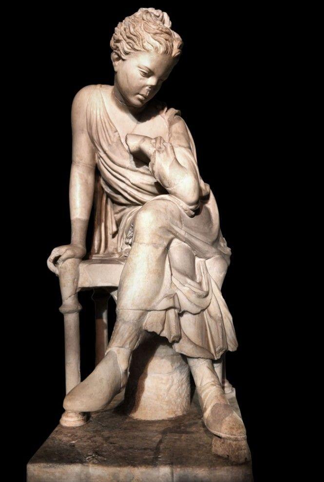 Centrale Montemartini - Statua di fanciulla seduta   A cosa starà pensando la fanciulla seduta......  Copia di età Adrianea di una statua ellenistica. Rinvenuta negli scavi ottocenteschi condotti negli Horti Liciniani, splendida residenza dell'imperatore Licinio Gallieno,
