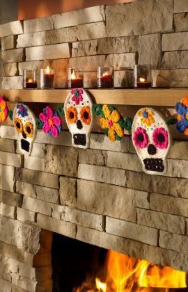 Sugar skull garland - crochet -  found on : http://www.redheart.com/free-patterns/sugar-skull-garland