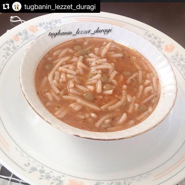 En güzel mutfak paylaşımları için kanalımıza abone olunuz. http://www.kadinika.com #corbaburda @tugbanin_lezzet_duragi  TUTMAÇ ÇORBASI 1 su bardağı yeşil mercimek 3 su bardağı erişte  1 yemek kaşığı domates sosu(salça da olur) 1 yemek kaşığı biber sosu Tuz Pulbiber Nane Sıvıyağ Yeteri kadar su  Mercimekleri haşladıktan sonra suyunu süzmeden üzerine erişteleri atıp pişiriyoruz. Başka yerde sıvıyağ ve baharatları kızdırıp pişmiş yemeğin üzerine döküp karıştırıyoruz. Sıcak olarak servis…