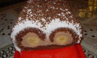 Budeme potrebovať: Cesto: 5 ks – vajíčka 5 lyžíc – kr. cukor 5 lyžíc – mleté vlašské orechy 1 lyžica – kakao Náplň: 700 ml – mlieko 5 lyžíc – kr. cukor 2 bal. – čokoládový puding 250 g – maslo 1 bal. – vanilkový cukor Ďalej budeme potrebovať: 4 ks – banány citrónová šťava smotana na šľahanie čokoláda na