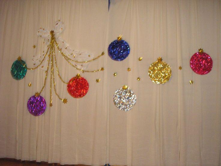 Vánoční akademie - výzdoba tělocvičny, obří vánoční koule