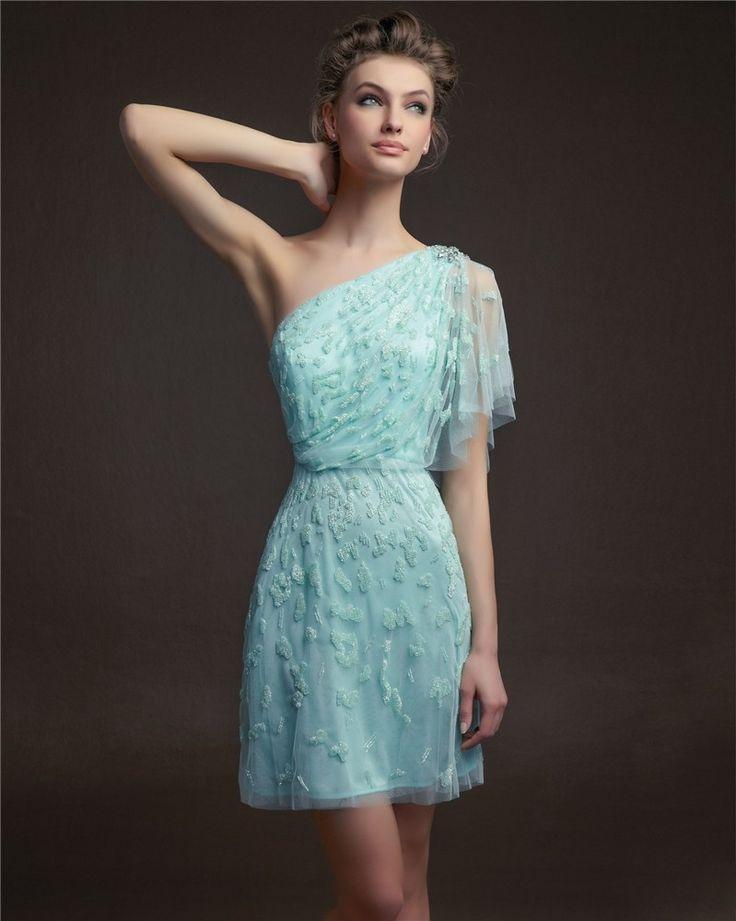 Vestido corto para bodas con manga asimétrica de Aire en azul turquesa y detalles en pedrería.