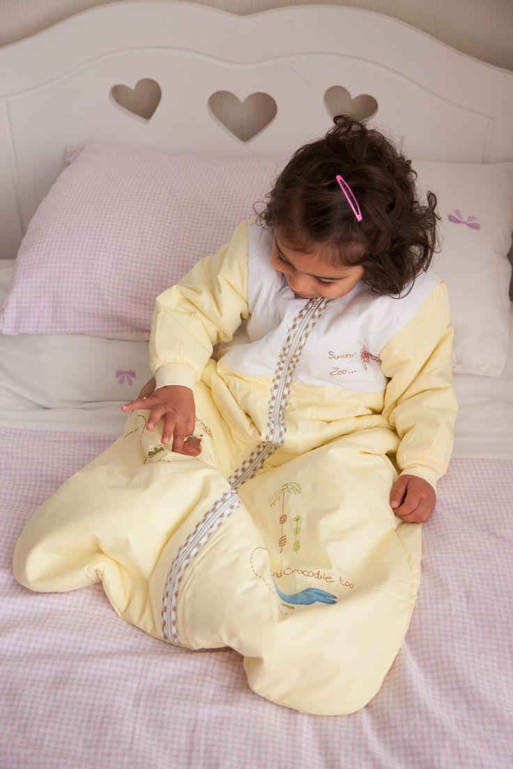 Unser Schlummersack Schlafsack mit langen Ärmeln ist gefüttert und perfekt für die kalte Jahreszeit geeignet. Hergestellt aus gelben Baumwollstoff und schön bestickt mit Dschungeltieren mit den Worten Sunshine Zoo' auf der Brust.