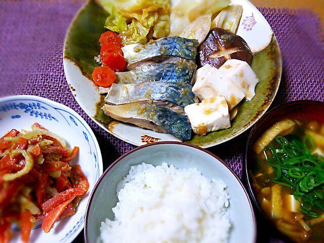 皆様は『鯖の炊き食い』という料理をご存知でしょうか?これまで実家の家族以外で知っているという方にお目にかかった事がありません。 濃い目の甘辛い醤油出汁で、鯖の切り身と野菜・豆腐などを煮た‥言わば鯖のすき焼きといった感じのお料理です。 私が幼い頃から、父が確か釣り仲間に聞いたとかで休日に新鮮な鯖が手に入るとよく作ってくれました。 今日買い物先で、旬も終り間際の背模様の美しい寒鯖を見つけ、つい懐かしくて作りました。夫の帰宅が遅くなるので、皿盛りにして定食風にいただきます♪ 副菜は、干し大根・人参の塩麹きんぴらとなめこ汁です♬ - 173件のもぐもぐ - 鯖の炊き食い定食 by Kusukus