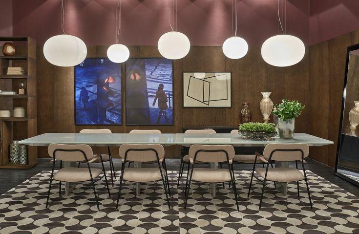 Um espaço moderno e pensado para a família foi o conceito do projeto da arquiteta Johanna Anastasia. Utilizando as cores rosa e marsala (tendências da estação), a profissional, em um ambiente de 30 m², propôs uma sala de jantar diferente e atual. Dentre o mobiliário usado na decoração, destaca-se a poltrona Delgada, assinada pela Lattoog Design, escolhida pela profissional por se diferenciar das peças existentes no mercado.