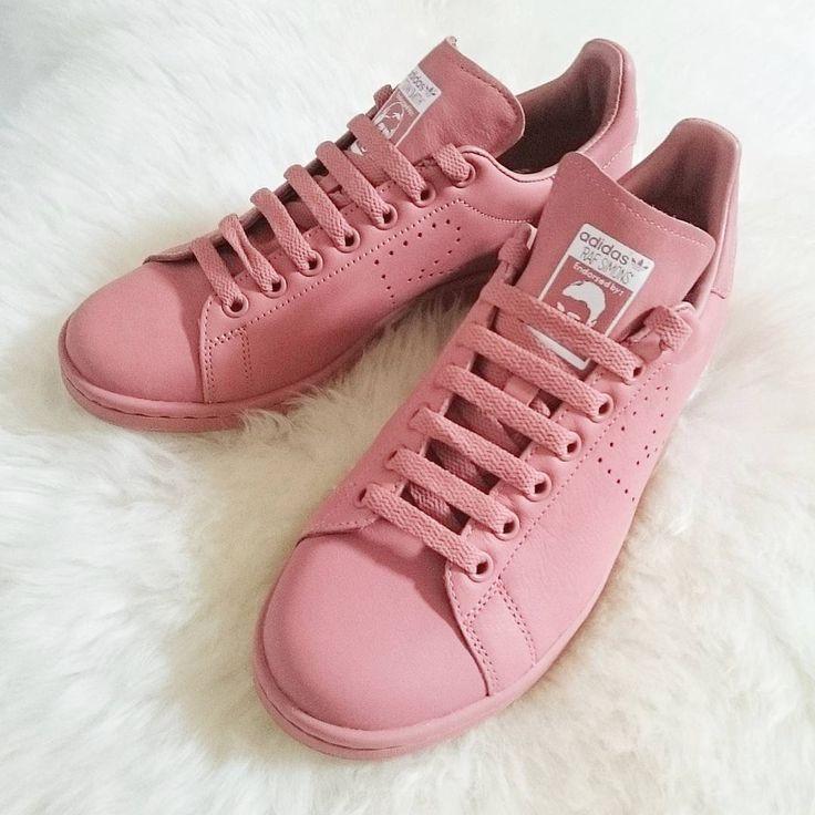 """adidas史上最も売れたスニーカー・スタンスミス。Diorのディレクターを務めた名デザイナー、ラフシモンズとのコラボ""""adidas by raf simons""""の2016SSコレクションからALLピンクのスタンスミスが登場しました。"""