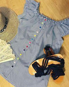 Y con este clima caliente provoca vestir piezas descomplicadas y comodas y si como plus+ lleva ese aire etnico panameño mejor aun!! Blusa estilizada que evoca la camisa Tonosieña en modelo urbano de hombros descubiertos y coquetas mangas cortas con los singulares y coloridos botones de colores! #blusa #cutarras #modaetnica #modaadictiva #modaPanamá #PanamáStyle #descomplicada #tonosieña #guariqueña #estilizada #veranopty #Panamaesmoda #creandoEstilos #modaurbana #etnicourbano…