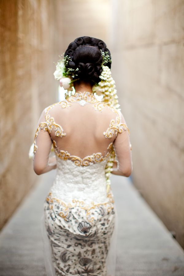 back of bride's Indonesian wedding garb - traditional Indonesian wedding in Bali - photo by Portland wedding photographer Bunn Salarzon