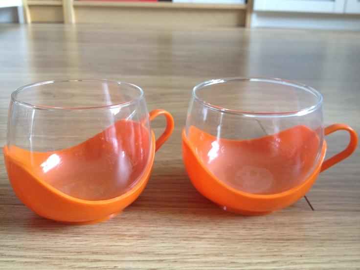 Theeglazen jaren 70, mam had ze ook in paars. Na het theedrinken spelen er mee, steeds het glas er in en er uit.