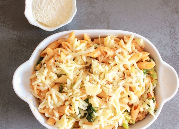 Cheesy Broccoli Pasta Bake, an easy, delicious cheesy vegetarian pasta ...