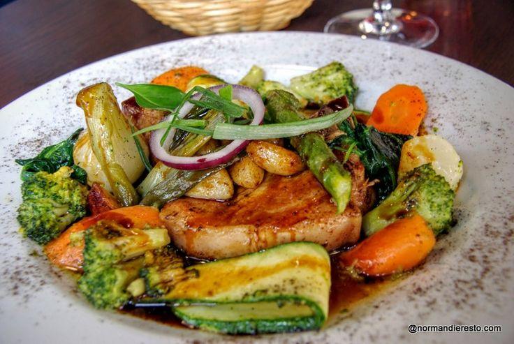 Au restaurant Bagatelle à Le Havre, La cote de cochon, cuite lentement au beurre salé,ail confit,jus téryaki, petits légumes de printemps juste croquants.