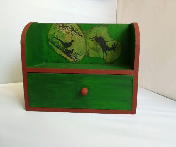 Dulapior din lemn pentru bijuterii – Into the Forest – Crafts Corner  Dulăpior din lemn, pictat manual și prelucrat prin tehnica decupajului. Poate fi utilizat pentru bijuterii, având un sertar încăpător care ține bijuteriile în siguranță.  Cod produs: DUL01