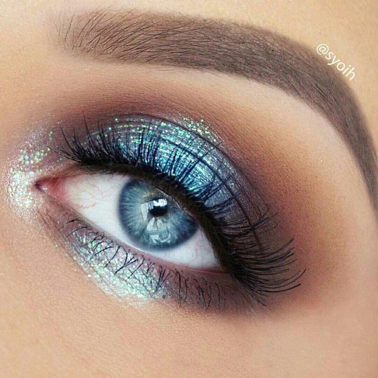 Herrlicher Blauer Metallischer Lidschattenblick Die Blau