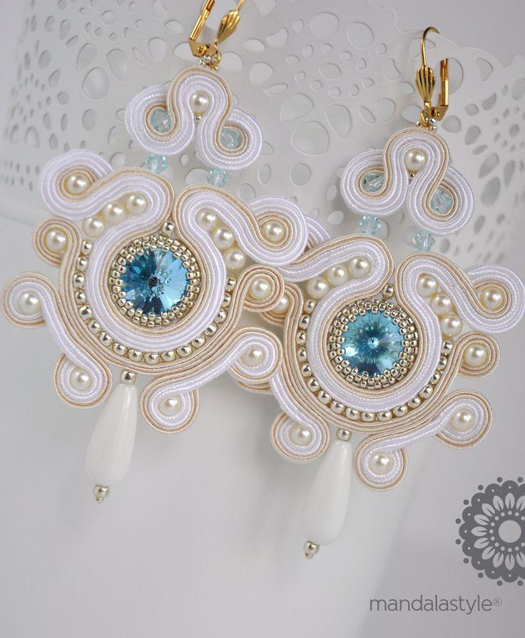 Orecchini da sposa in Soutache bianchi ed avorio con Rivoli Swarovski centrale Aquamarine, perle naturali, biconi Swarovski Light Azore e rocailles galvanized alluminium.