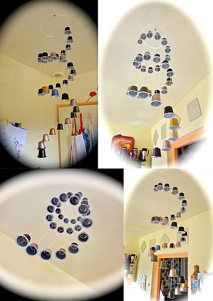 Mòbil en espiral fet amb càpsules de cafè