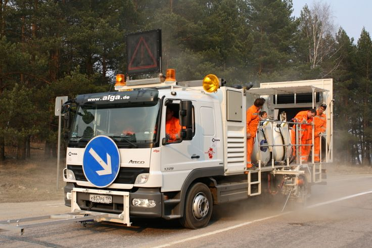 HOFMANN H36-2000P road marking truck for cold paints  with pressurised containers (2 x 1000 l) for using Airless method with metering pump (AMAKOS®), marker units on both sides http://www.hofmannmarking.de/en/tmpl_produkt.php?prodnr=1