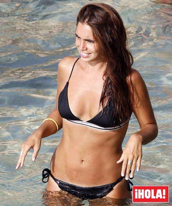 @elenafuriase ha elegido la isla de Ibiza para pasar unos días de vacaciones con amigas y, como se puede ver en la revista ¡HOLA! de esta semana, ha aprovechado para disfrutar de las cristalinas aguas baleares y lucir tipazo #elenafuriase