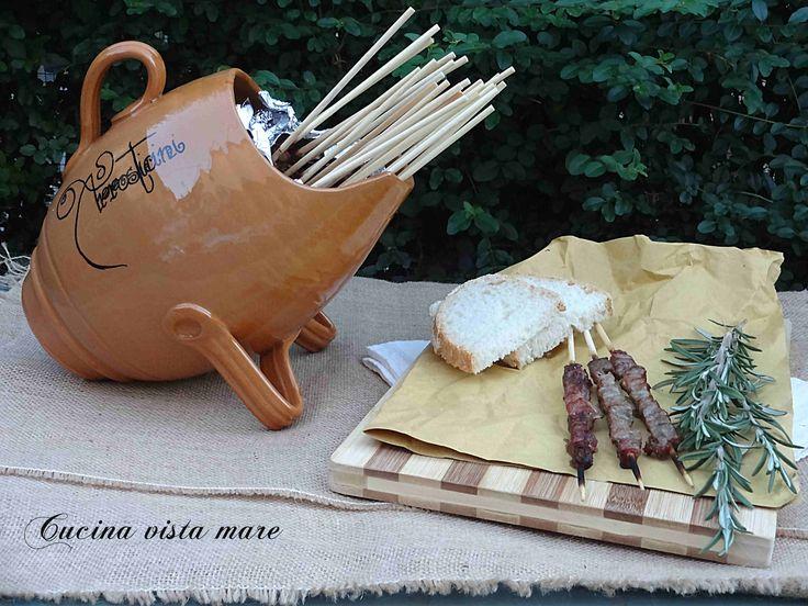 Arrosticini abruzzesi: non si può dire Abruzzo senza dire arrosticini e quelli veri sono quelli di pecora accompagnati dalle bruschette e da un buon vino!