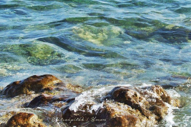 Ahogy a tenger ír a fövenyre: írja-törli, írja-törli mindig ugyanazt - sosem ugyanúgy. Fodor Ákos  Életszépítők | Ymon