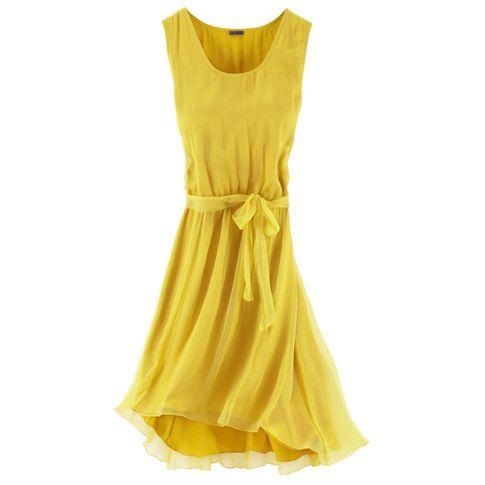 Frühlingsmode: gelbes Kleid mit lockerem Schnitt.