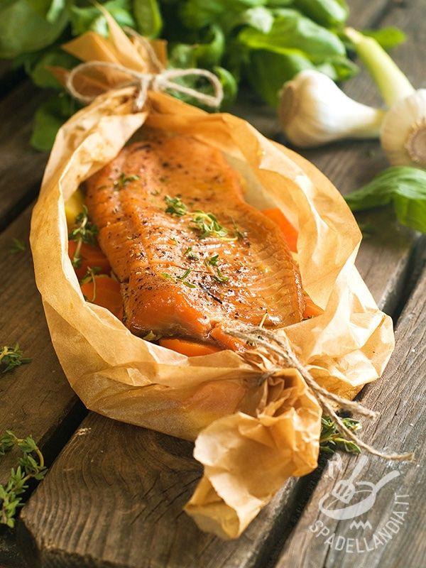 Baked salmon - Il Salmone al cartoccio, insaporito da un mix di verdure ed erbe aromatiche, è una ricetta che permette di apprezzare tutto il sapore del salmone. #salmonealcartoccio