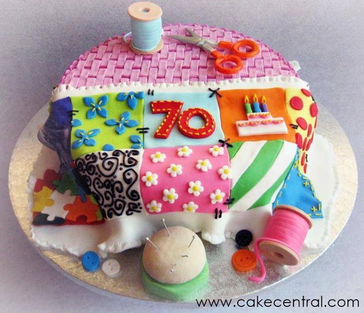 Aposto que qualquer costureira gostaria de ter esses bolos nos seus aniversários... é muito amor! Esse abaixo a gente usa para parabenizar as aniversariantes do grupo do Facebook:  Já esse foi dica da amigaYasmini Mêne: Editando o post.. Achei mais uns bolos, por isso, vou adicionar aqui: