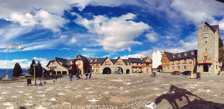 Jueves parcialmente nublado, 10° la temperatura actual en Bariloche.  Una de las postales mas típicas, el centro Cívico.