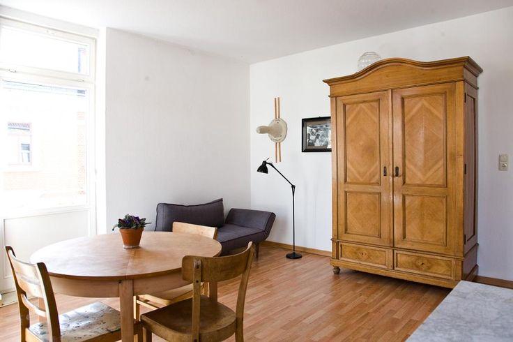 Geräumiges Wohnzimmer mit großem Fenster und Holzschrank. #laminat #holzschrank #wohnzimmer #livingroom #leipzig