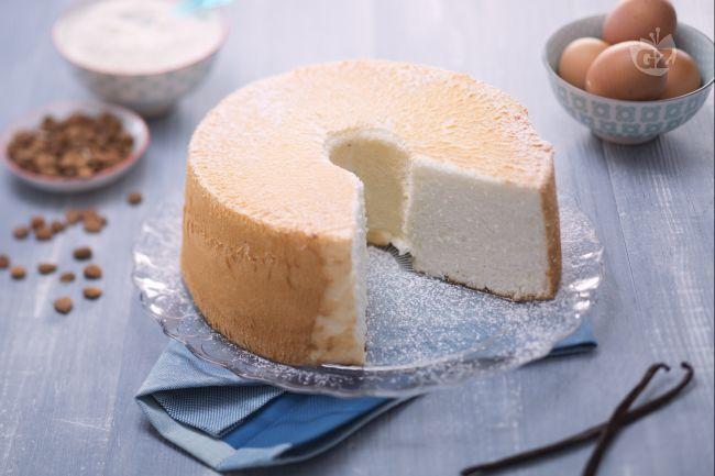 La angel cake è una torta americana molto soffice preparata solo con albumi, zucchero e cremor tartaro, cotta in uno speciale stampo  a cilindro.