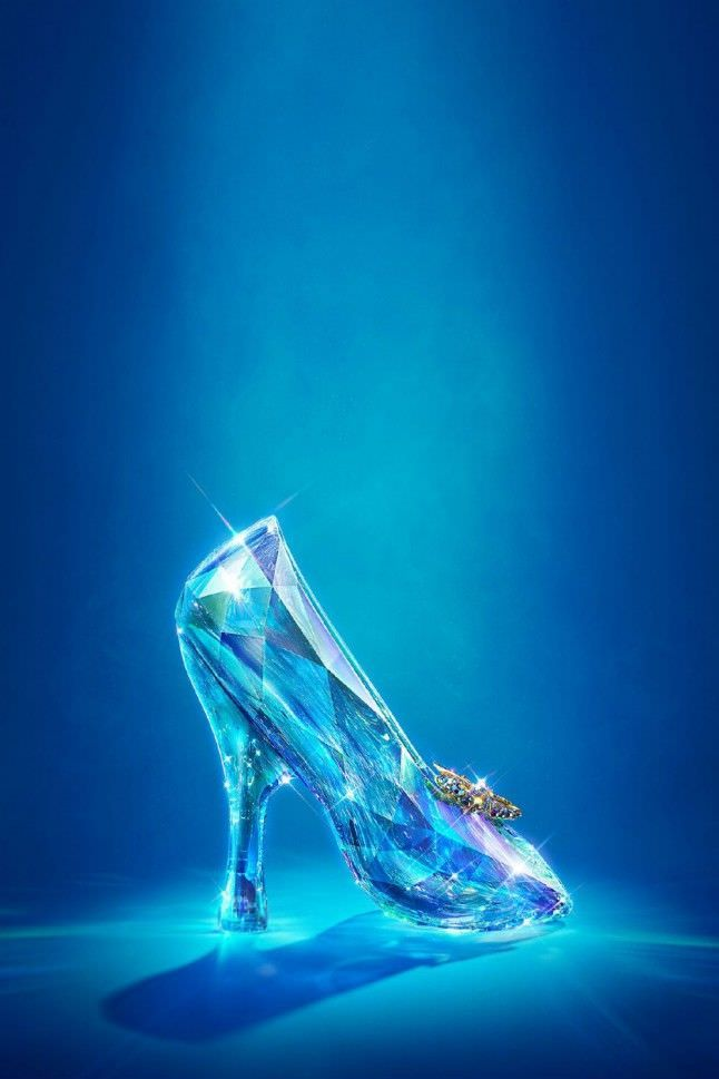 A história dos sapatos contada numa exposição -  Noutra história: o sapatinho de cristal de Cinderela, tal como a Swarovski o desenhou para o filme da Disney, recentemente nas salas (2015). © Victoria and Albert Museum, London