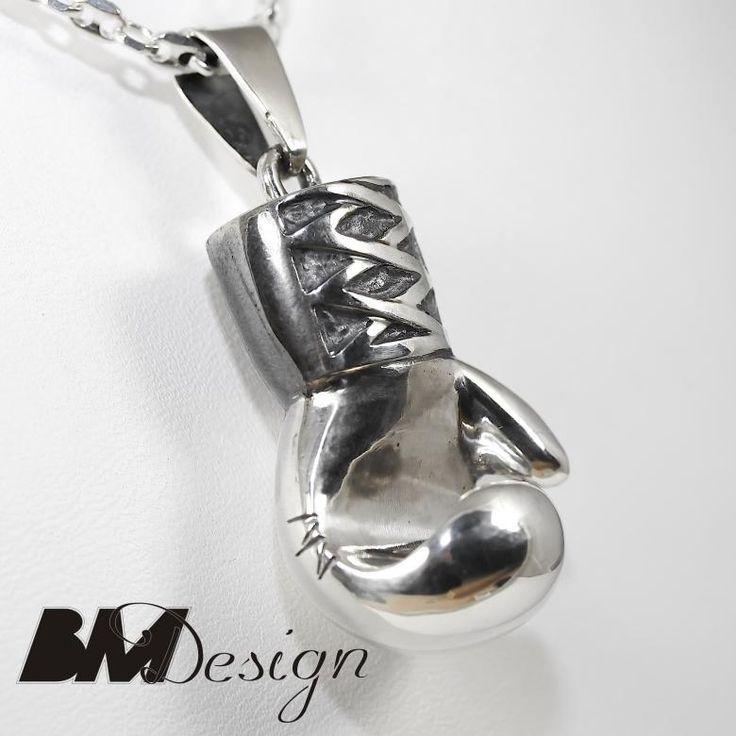Srebrna rękawica bokserska wisiorek ze srebra. Projekt i wykonanie BM Design.  Rzeszów sygnet na zamówienie #sygnet #obrączki #obrączkiślubne #pierścionekzaręczynowy #jubiler #złotnik #naprawa #nazamówienie