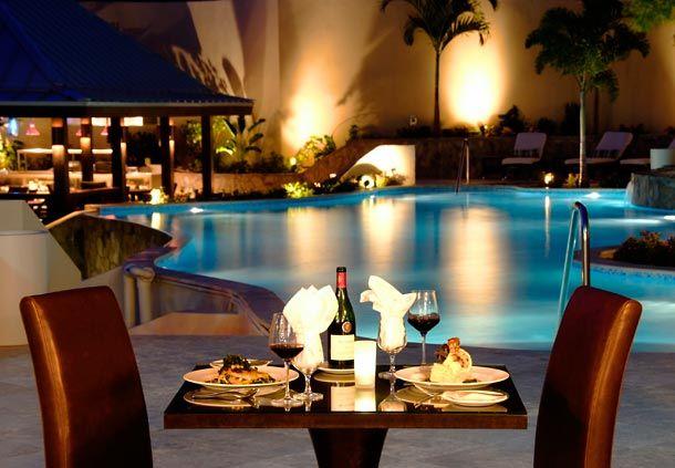 Nada m s rom ntico que una cena para dos junto a la for Cena in piscina