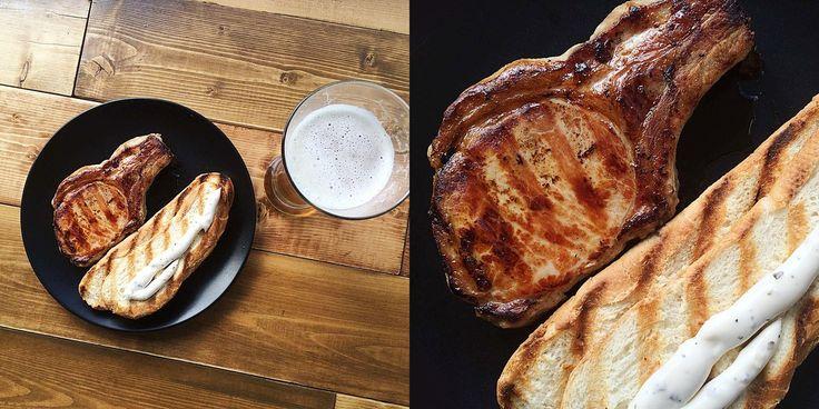 Стейки, вымоченные в пиве, грамотно доведенные до хрустящей корочки на гриле и тосты из французского мини-багета с белым соусом, залитые кружечкой освежающего светлого пива - идеальный рецепт пятничного ланча для плодотворного дизайна.