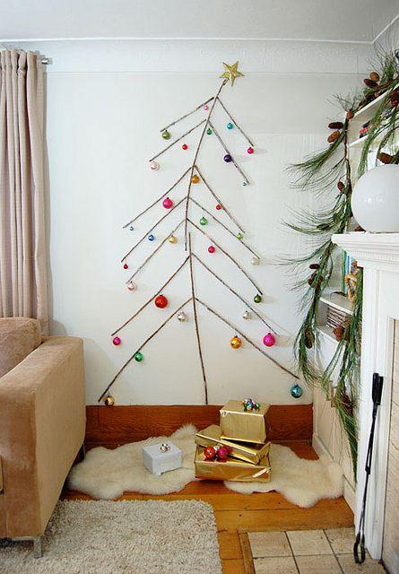 De fines branches et des boules pour la décoration de ce sapin de Noël  http://www.homelisty.com/18-idees-de-sapins-de-noel-pour-petits-espaces-photos/