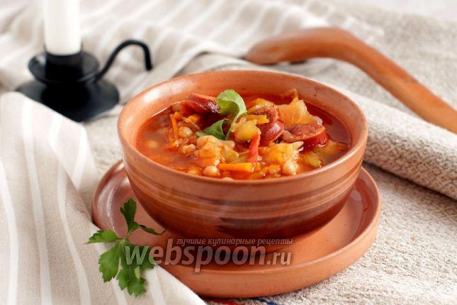 Фасолевый суп с капустой и колбасками Если уж брать первые блюда, то признаюсь, что я очень люблю кислые супы и солянки. Этот как раз из таких. Очень удобно готовить кислые супы с различными обжарками в одной толстостенной кастрюле или казане. В этом случае ничего не нужно обжаривать по отдельности, а все овощи сразу же пропитываются общим соками. Для супа я использовала консервированную фасоль, это очень удобно и быстро, а так же копчёные колбаски, очень похожие на охотничьи, но…