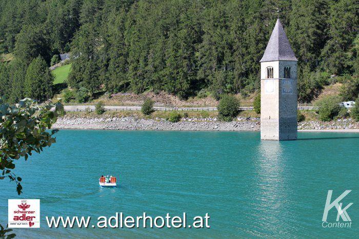 Der Turm im Reschensee ist nur wenige Kilometer entfernt