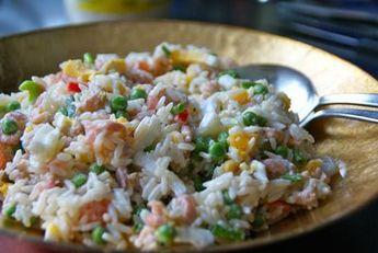 Deze rijstsalade maak ik vaak als avond maaltijd en op warme 's zomerse avond. Je moet de rijst wel een paar uur van te voren koken, want die wordt koud gemengd met de overige ingrediënten. Serveer bij de rijstsalade zelf gebakken of afgebakken stokbrood. Je kunt de rijstsalade overigens prima een dag in de koelkast bewaren. De smaak van de rijstsalade wordt er zelfs beter van!