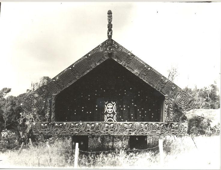 Pataka | TECTÓNICAblog  Las primeras construcciones maoríes de Nueva Zelanda responden de manera esencial a las cuestiones climáticas rasgos heredados de sus ancestros polinesios. Poco a poco los nuevos colonizadores fueron modificando sus técnicas para adaptarse al clima. También se modificaron los materiales como maderas autóctonas: totara pukatea o makuna rama de raupo y hierba toetoe. También las funciones de las construcciones se fueron afinando hasta desarrollar varias tipologías como…