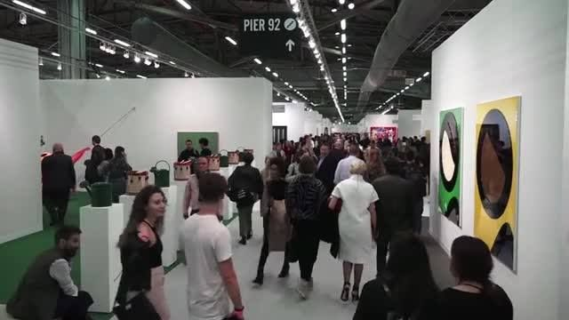 Sebuah pameran seni internasional skala besar menjadi penanda musim semi di kota New York. The Armory Show mempertemukan puluhan ribu pengunjung dengan ratusan galeri dari seluruh dunia dalam pagelaran selama empat hari, dengan nilai omset hingga 85 juta dolar AS. Simak laporan dari New York Piers. Versi awal dipublikasikan pada - http://www.voaindonesia.com/a/armory-show-penanda-musim-semi-kota-new-york/3779442.html