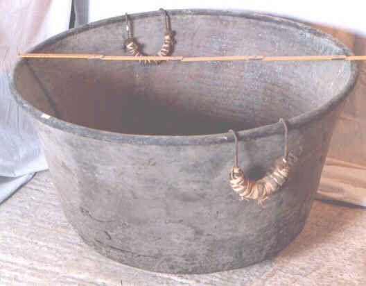 """Mezzo arancio, dal basso latino Arangia, in siciliano Mienzu aranciu. Grande recipiente senza manici fissi, costruito artigianalmente in rame martellato e stagnato, dove si metteva a cuocere il mosto per fare il vino cotto, che si utilizzava per innalzare il grado alcolico del rimanente mosto, o quale sciroppo per la tosse, o per fare mostaccioli o """"mastazzola, mustarda"""", ossia dolci in genere."""