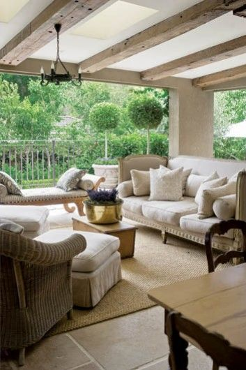 Toskańska willa w Australii | Weranda.pl  Fabulous outdoor living, beamed ceiling, bleached wood, tiles and off white furniture