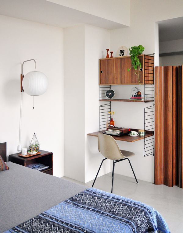 http://www.modernfindings.com/wp-content/uploads/2013/03/bedroom_update07.jpg / String shelf, preto com madeira