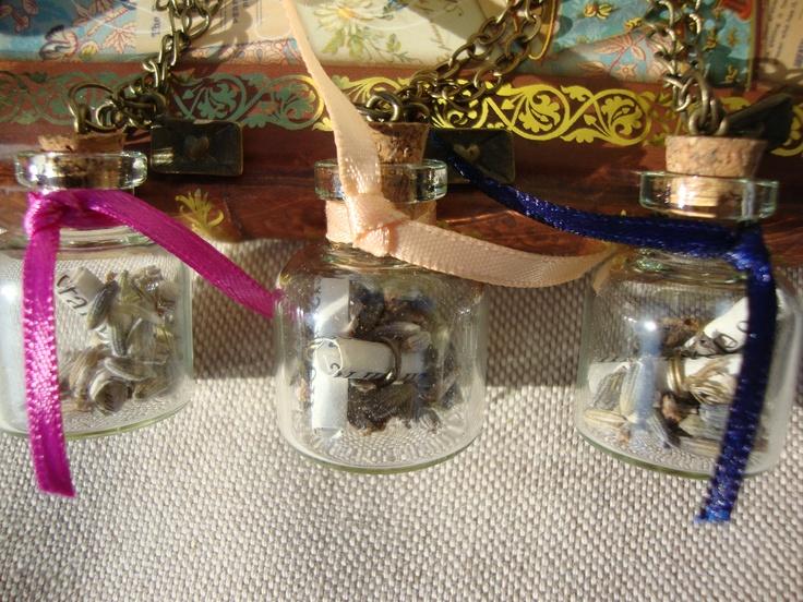 Collares botellitas de cristal con semillas de lavanda en su interior y unos mensajes de amor...