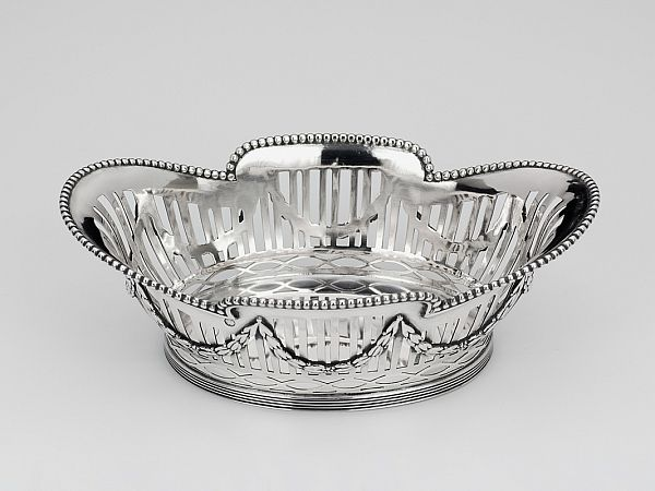 Zilveren bonbonmandje uit 1914 - Hollands zilveren bonbonmandje 2e gehalte Lengte 14,5 x 8,9 x 5 cm Gewicht 103 gram Jaarletter E = 1914 Meesterteken 't Hart - Den Haag