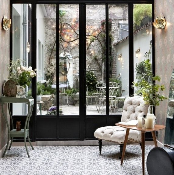 patio rétro hotel henriette vanessa scoffier paris rue des gobelins vintage brocante rétro ancien rose cadillac blog deco vintage