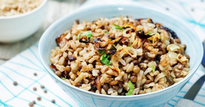 Recette de Riz végétarien aux lentilles et aux oignons. Facile et rapide à réaliser, goûteuse et diététique. Ingrédients, préparation et recettes associées.