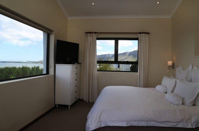 142 on 10th Street: Master bedroom. FIREFLYvillas, Hermanus, 7200 @fireflyvillas ,bookings@fireflyvillas.com,  #142on10thStreet #FIREFLYvillas #HermanusAccommodation