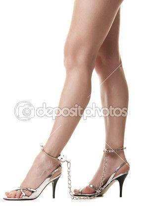 Женские ноги в наручниках — стоковое изображение #5593319
