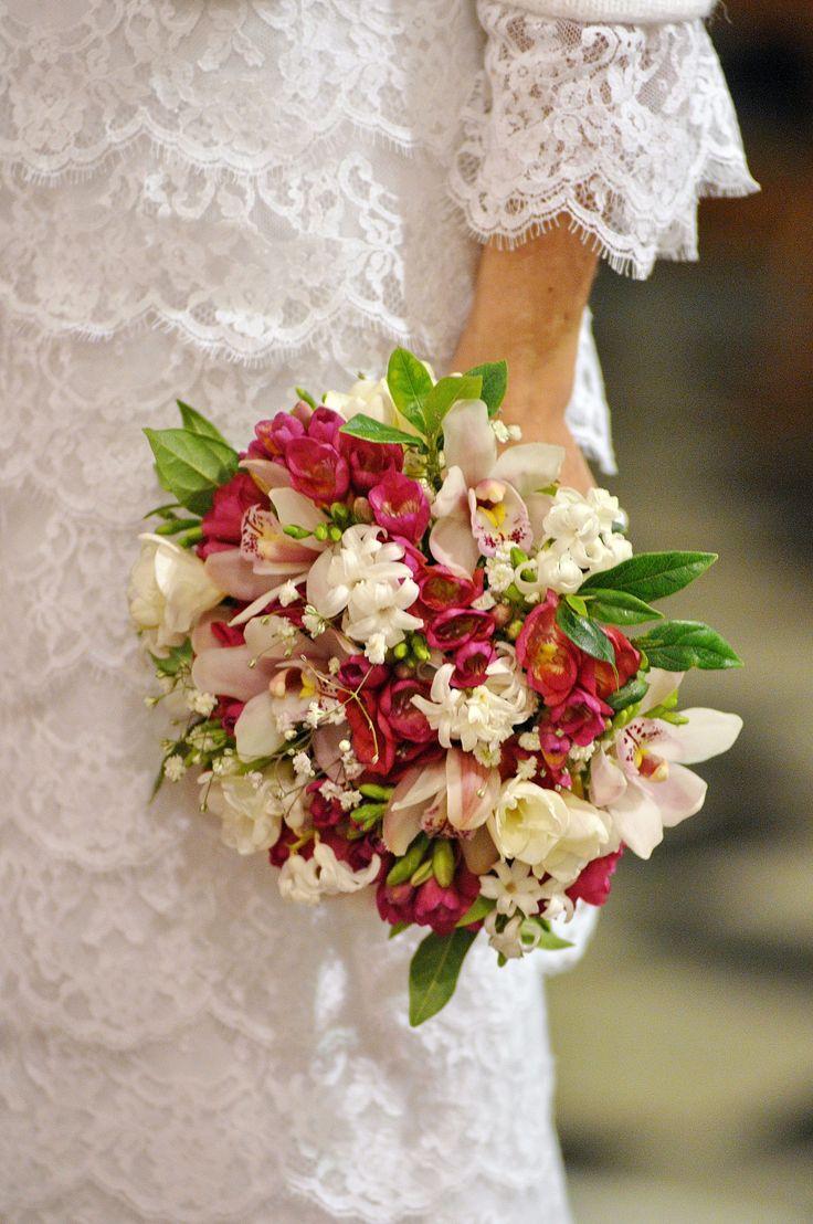 orquideas, fresias y jacintos blancos #ramos #fresias #novias https://www.facebook.com/RamosYTocadosMariaInesMurguiondo