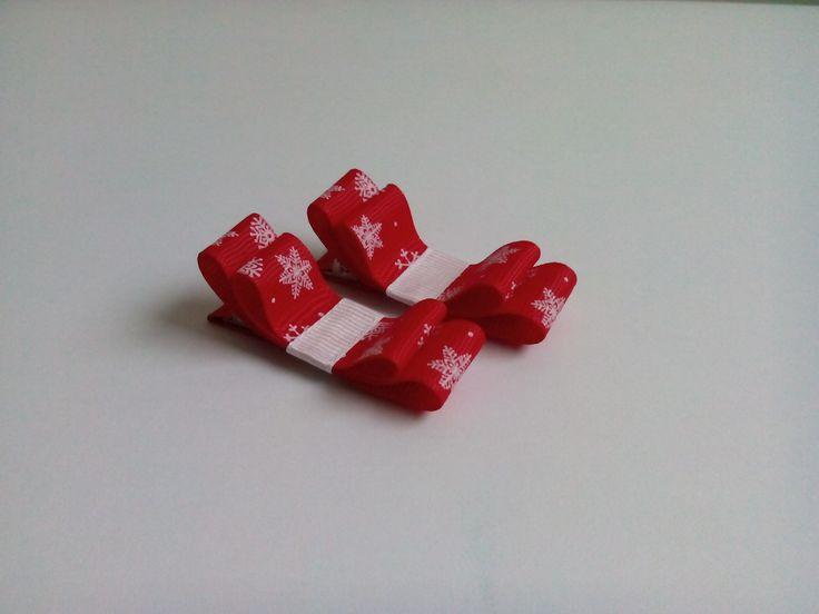Czerwone kokardki w śnieżynki. Wymiary kokardki to ok. 1,5 x 5,5cm, klips: pyk 4,5cm.